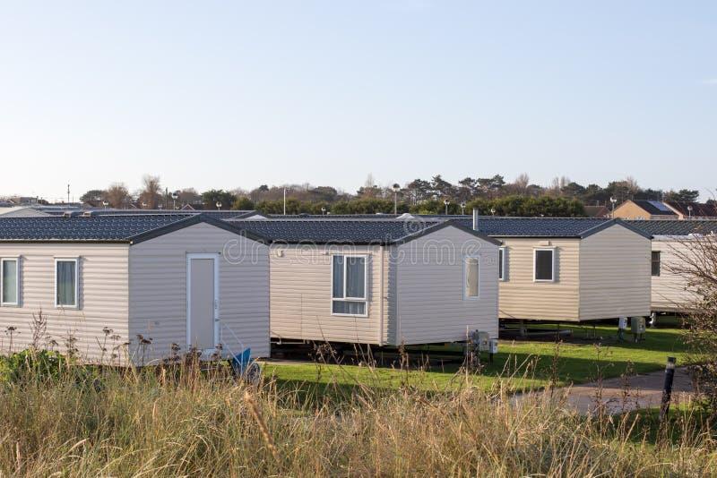 Case delle vacanze moderne della spiaggia Una fila delle casette di vacanza della spiaggia immagini stock libere da diritti