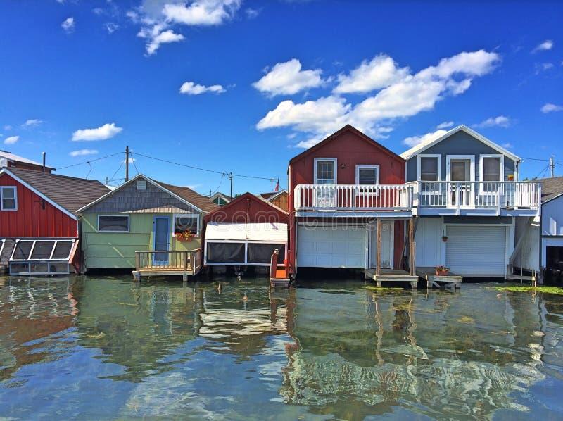 Case di barca sull'acqua fotografia stock