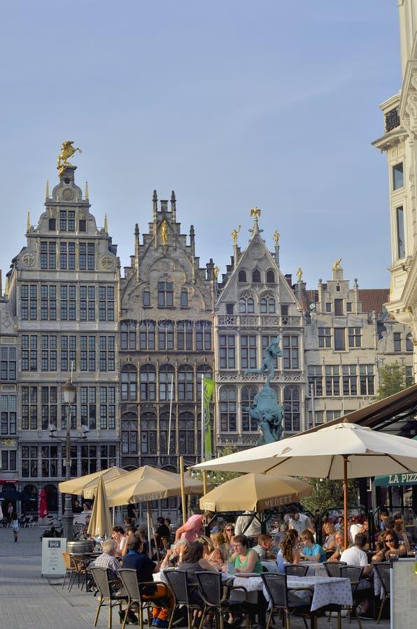 Case di cooperativa con i timpani fatti un passo e la fontana di Brabo, Anversa, Belgio fotografia stock