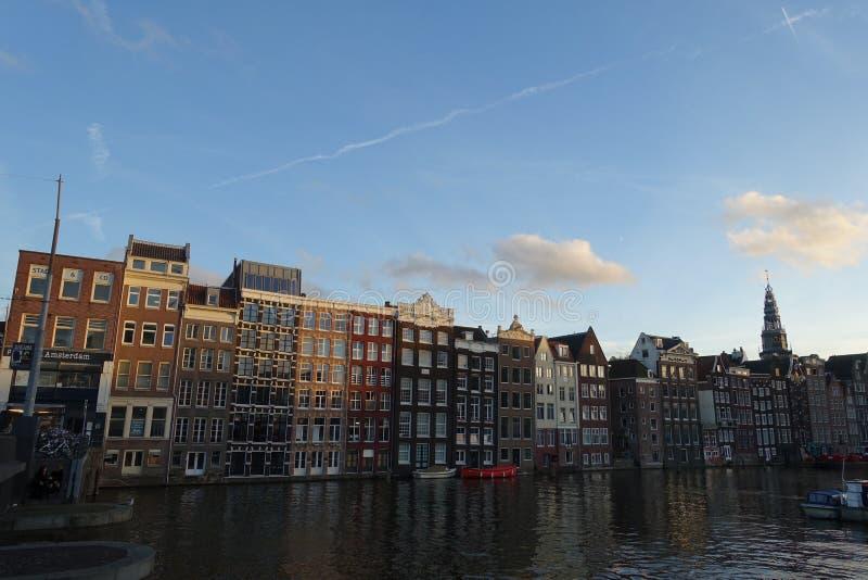 Case di dancing al Damrak a Amsterdam immagini stock libere da diritti