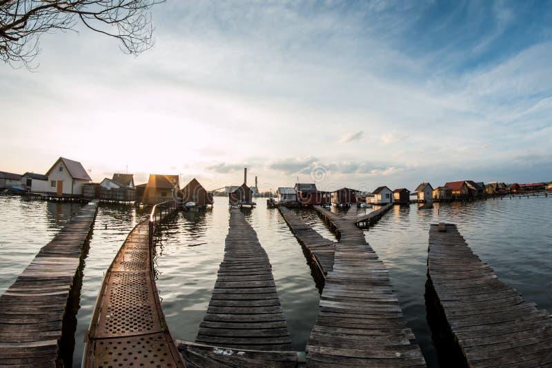 Case di galleggiamento sul lago Bokod fotografie stock