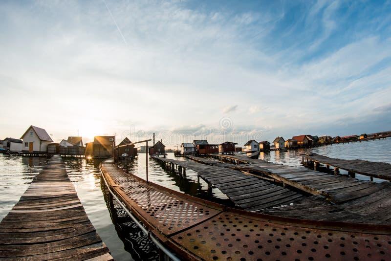 Case di galleggiamento sul lago Bokod fotografia stock libera da diritti