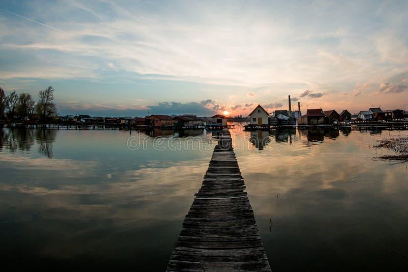 Case di galleggiamento sul lago Bokod immagine stock