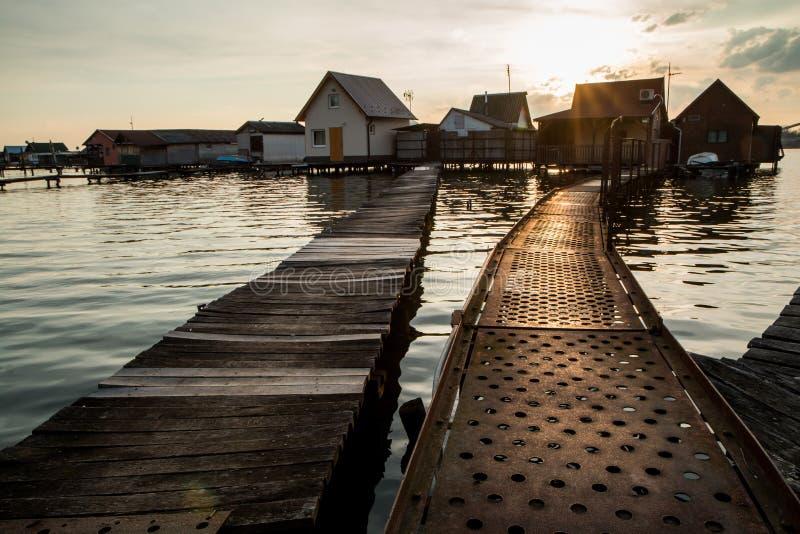 Case di galleggiamento sul lago Bokod fotografie stock libere da diritti