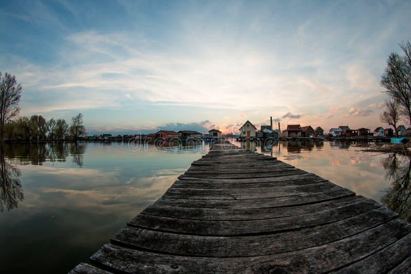 Case di galleggiamento sul lago Bokod immagini stock libere da diritti