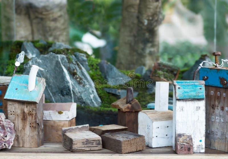 Case di legno del giocattolo con le rocce ed il muschio fotografia stock libera da diritti