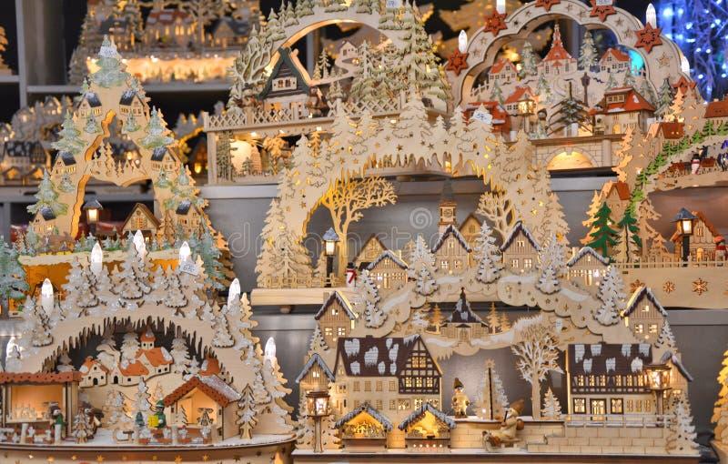 Case di legno di Natale e scene indigene sulla stalla tradizionale del mercato di Natale a Salisburgo fotografia stock