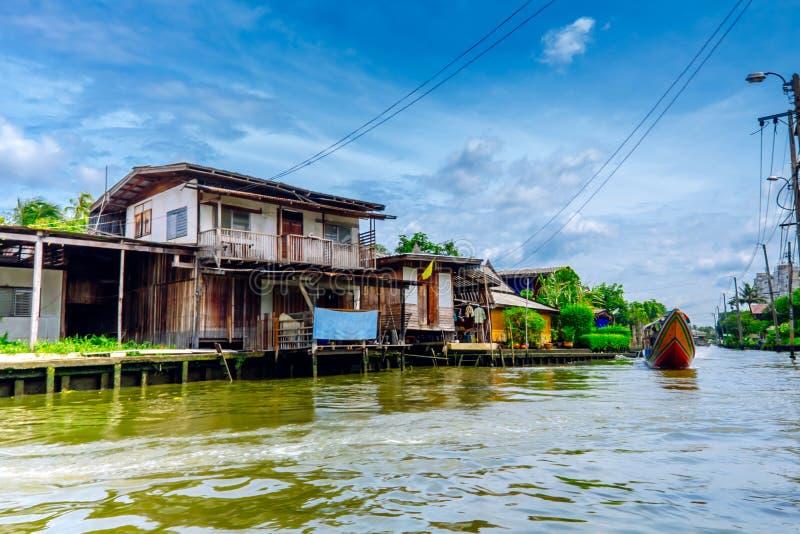 Case di legno sui trampoli sulla riva del fiume di Chao Praya River, Bangkok, Tailandia fotografie stock libere da diritti