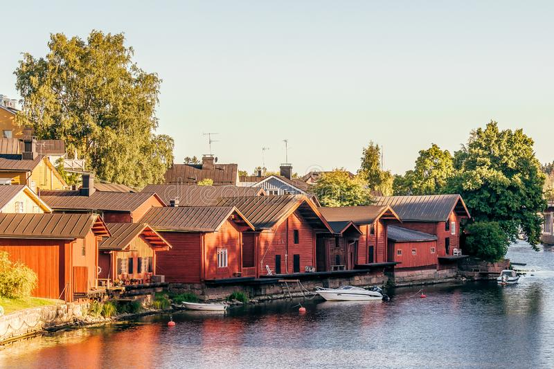 Case di legno sul fiume fotografia stock libera da diritti