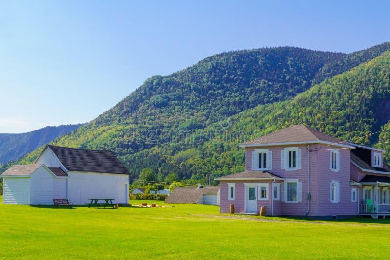 Case di legno tipiche in Mont-San-Pierre, penisola di Gaspe immagini stock libere da diritti