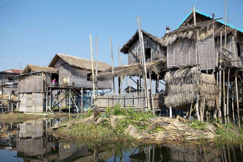 Case di legno tradizionali del trampolo sul lago Inle Myanmar fotografie stock
