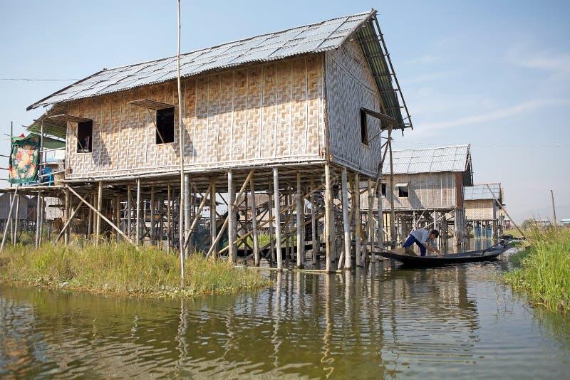 Case di legno tradizionali del trampolo sul lago Inle Myanmar fotografie stock libere da diritti