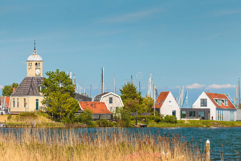 Case di legno tradizionali nel piccolo villaggio olandese di Durgerda fotografie stock libere da diritti