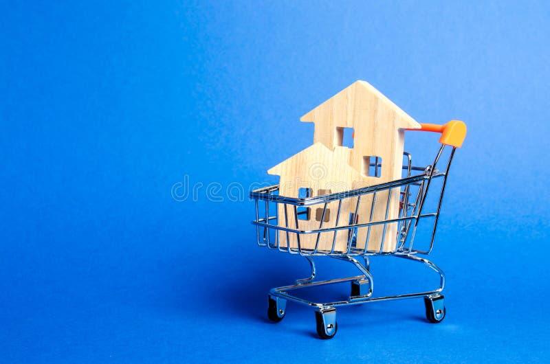Case di legno in un carretto commerciale Il concetto di acquisto una casa o dell'appartamento Alloggiamento acquistabile Prestiti fotografie stock libere da diritti