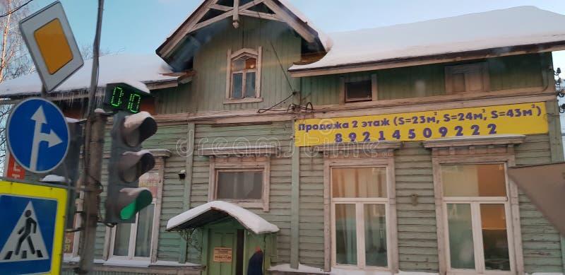 Case di legno in una strada cittadina fotografia stock libera da diritti