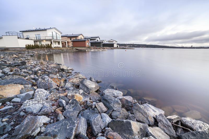 Case di lusso dal lago immagine stock libera da diritti