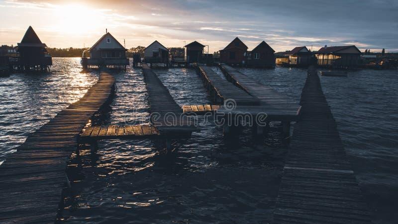Case di pesca nel lago Bokod, Ungheria immagine stock libera da diritti