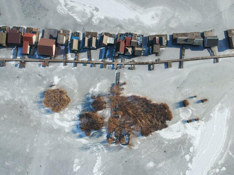Case di pesca su un lago congelato a Bokod, Ungheria fotografia stock libera da diritti