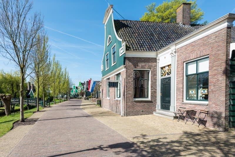 Case di pietra olandesi tipiche in vecchio piccolo villaggio vicino ad Amsterdam, immagine stock