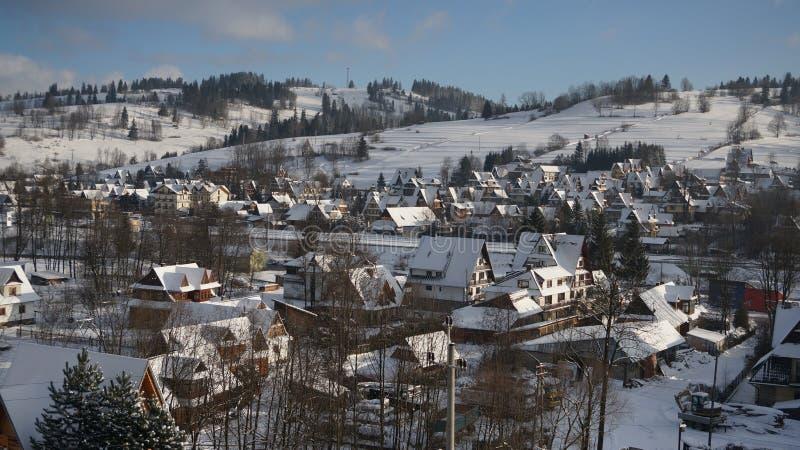 Case di sci di stabilimento della Polonia della neve del villaggio di inverno fotografia stock libera da diritti