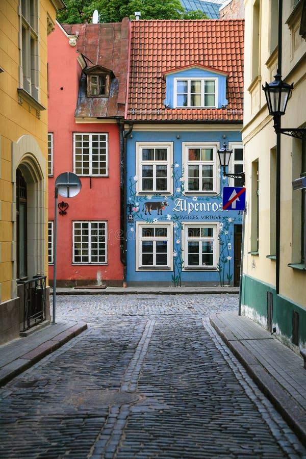 Case dipinte tradizionali nella vecchia città di Riga fotografie stock libere da diritti