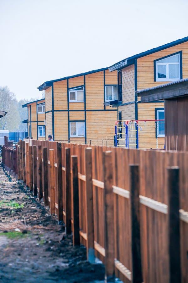 Case a due piani di legno moderne fotografia stock for Piani di casa di riposo di lusso