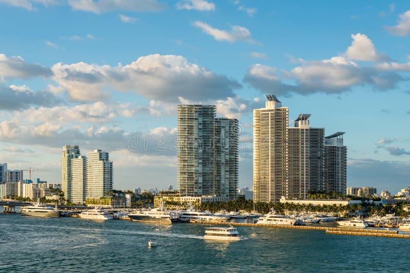 Case e bacino di lusso di lungomare al Manica di Meloy in Miami Beach, Florida, U.S.A. immagine stock libera da diritti