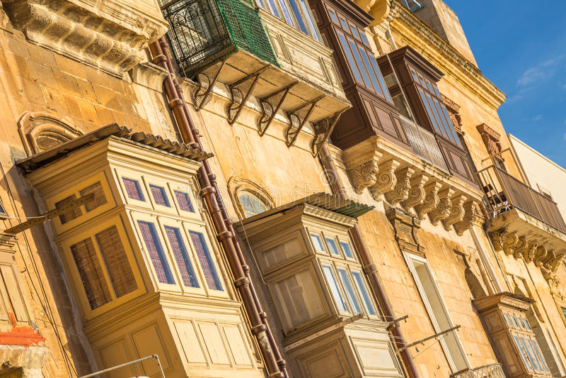 Case e balconi antichi tipici di La Valletta ad alba - Malta immagini stock libere da diritti