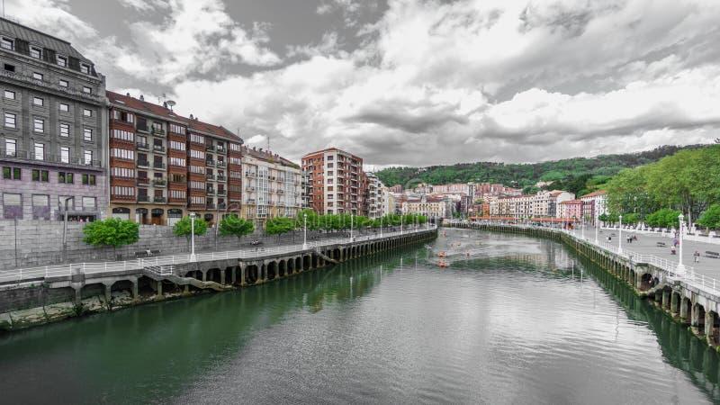 Case e canoe classiche nel fiume di Nervion a Bilbao fotografie stock