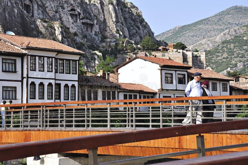 Case e la gente dell'ottomano che camminano sul ponte in Amasya, regione di Mar Nero della Turchia immagini stock libere da diritti