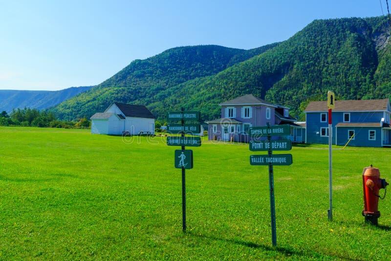 Case e segni di legno tipici dentro Mont-San-Pierre, penisola di Gaspe fotografia stock