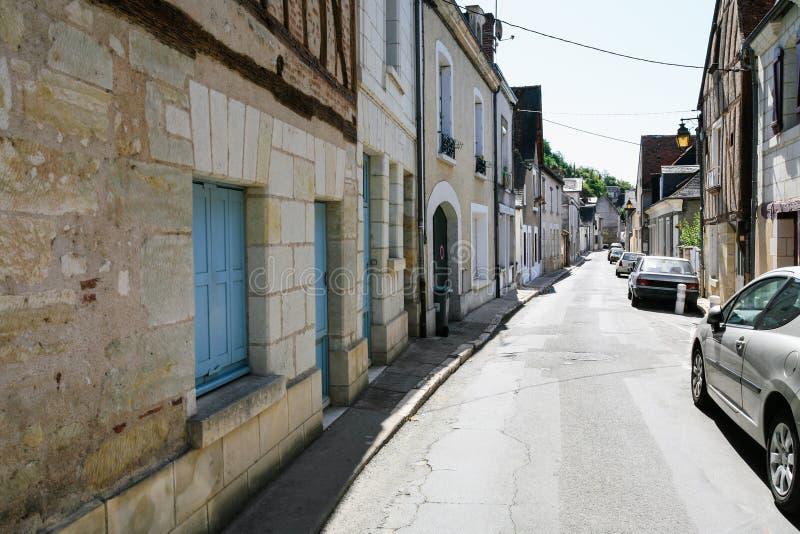 case ed automobili residenziali sulla via a Amboise fotografia stock