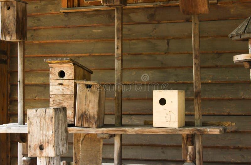 Case fatte a mano dell'uccello su una tavola immagine stock libera da diritti