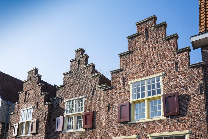 Case fatte un passo del timpano a Alkmaar, Paesi Bassi fotografia stock
