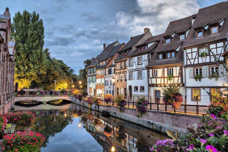 Case francesi tradizionali variopinte dal lato del fiume fotografia stock libera da diritti