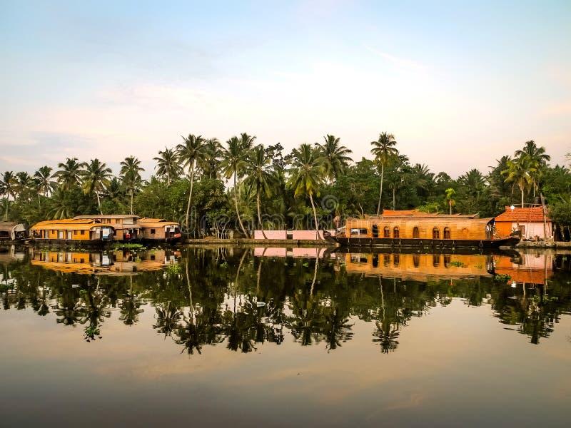Case galleggianti in acqua posteriore, Alleppey, Kerala, India immagine stock