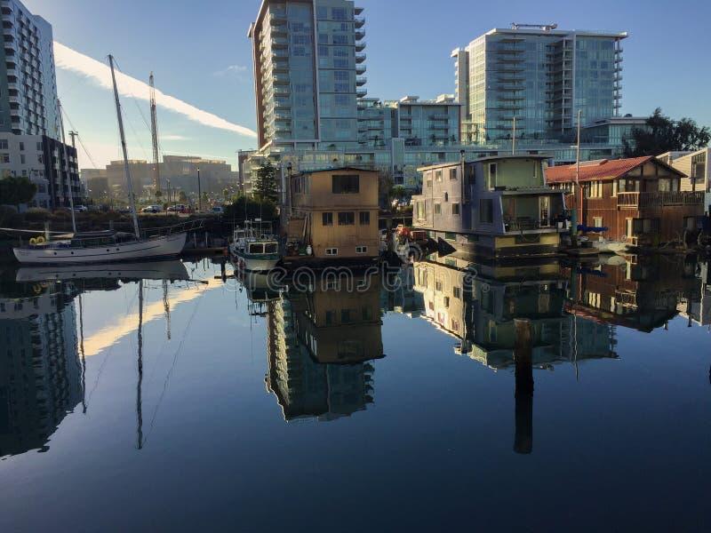 Case galleggianti ad alba fotografie stock