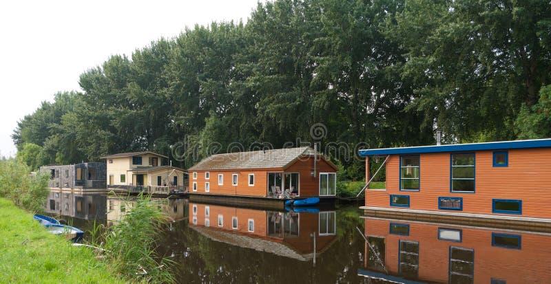 Case galleggianti in canale immagine stock