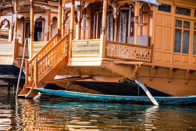 Case galleggianti, gli alberghi di lusso di galleggiamento in Dal Lake, Srinagar.India fotografie stock libere da diritti