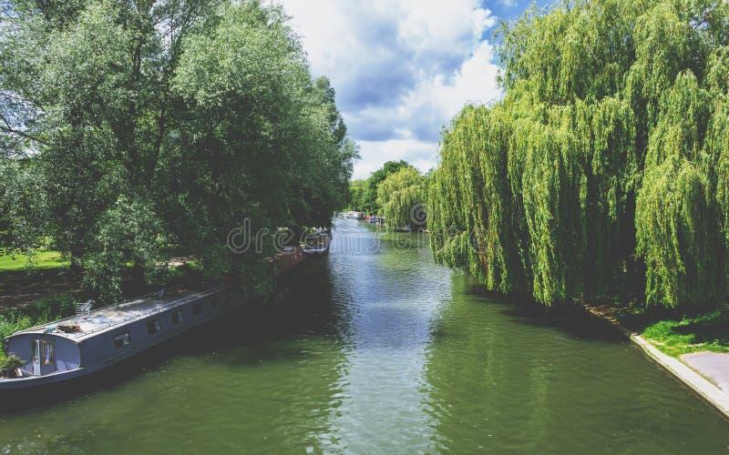 Download Case Galleggianti Sulla Camma Del Fiume A Cambridge, Inghilterra Fotografia Stock - Immagine di waterfront, paesaggio: 117981116