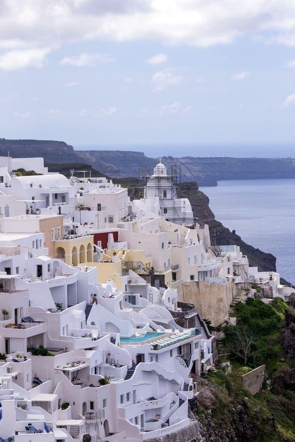 Case greche tradizionali bianche su un pendio di collina sull'isola di Santorini Bella vista del mare, della nave, del vulcano e  fotografie stock libere da diritti