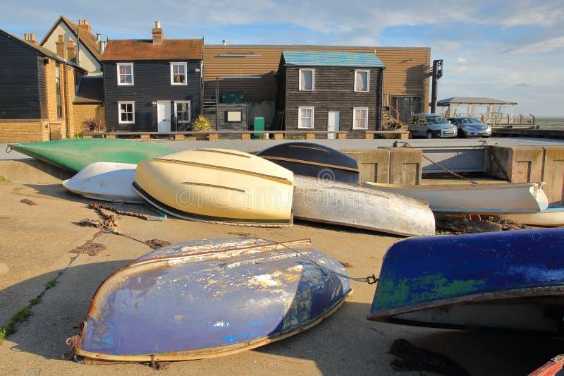 Case in legno tradizionali situate al molo del filo, con le barche variopinte nella priorità alta, Leigh sul mare immagine stock