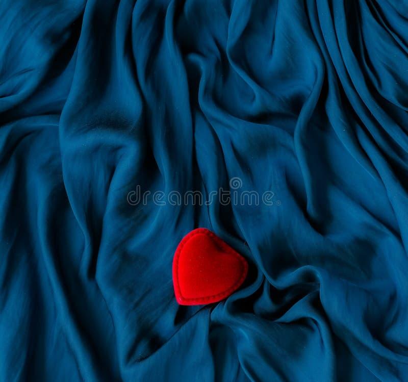 case me, la caja del anillo de compromiso - el día de tarjeta del día de San Valentín feliz, el regalo para ella, el fondo del dí fotos de archivo