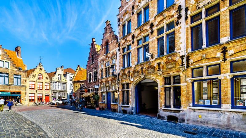 Case medievali con i timpani di punto lungo le vie del ciottolo della città storica di Bruges, Belgio immagine stock libera da diritti