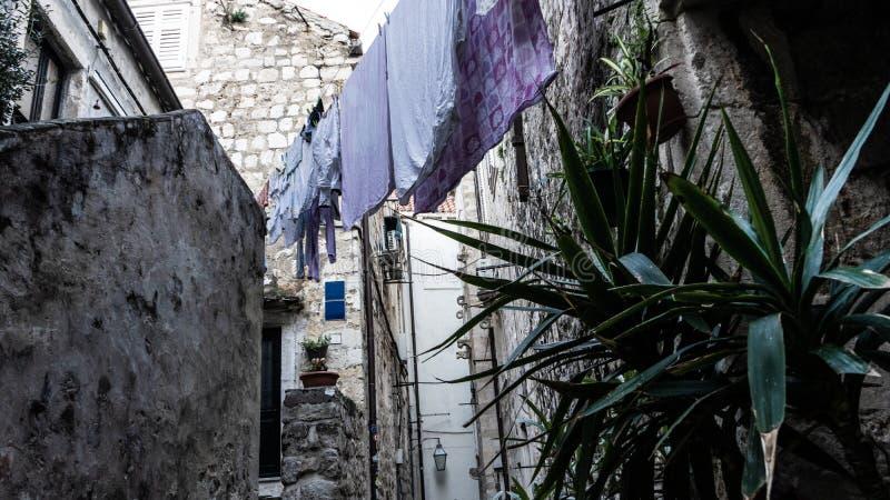 Case medievali nelle vie strette di Ragusa con i vestiti d'attaccatura e le scale di pietra fotografie stock