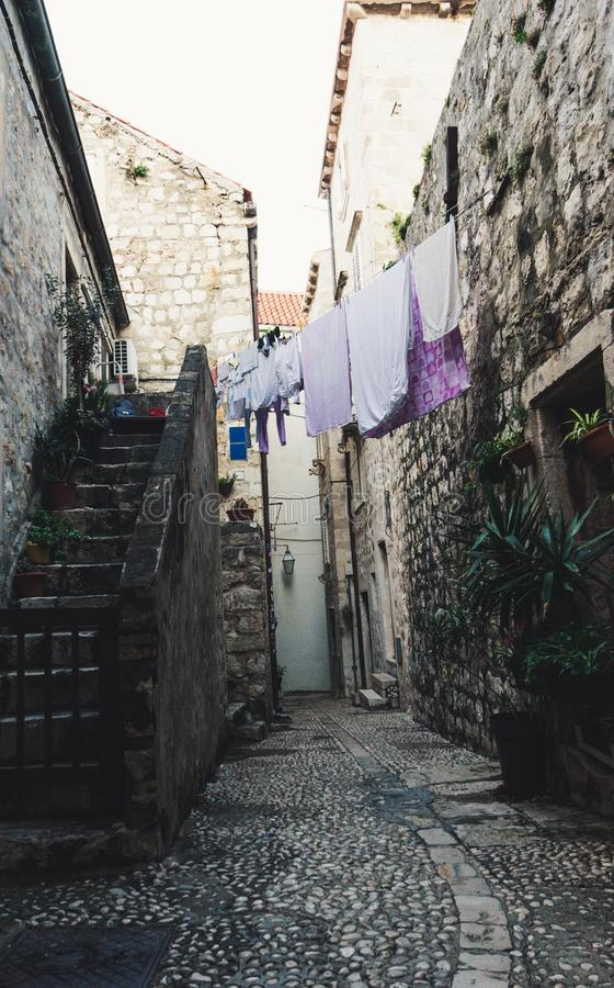 Case medievali nelle vie strette di Ragusa con i vestiti d'attaccatura e le scale di pietra fotografia stock libera da diritti