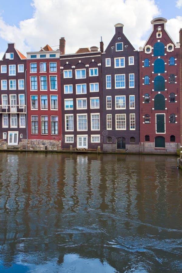 Case medievali sopra acqua a Amsterdam immagini stock