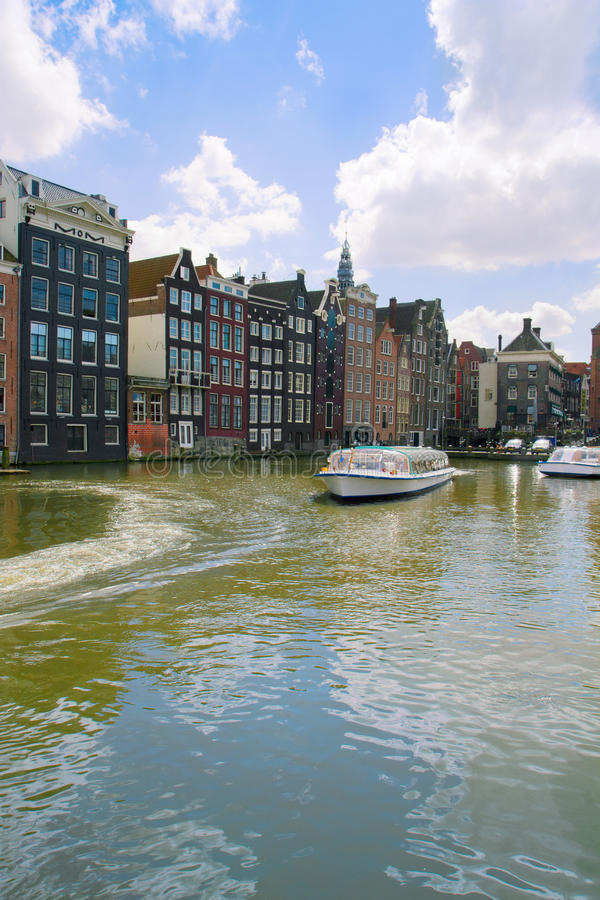 Case medievali sopra l'acqua del canale a Amsterdam fotografia stock