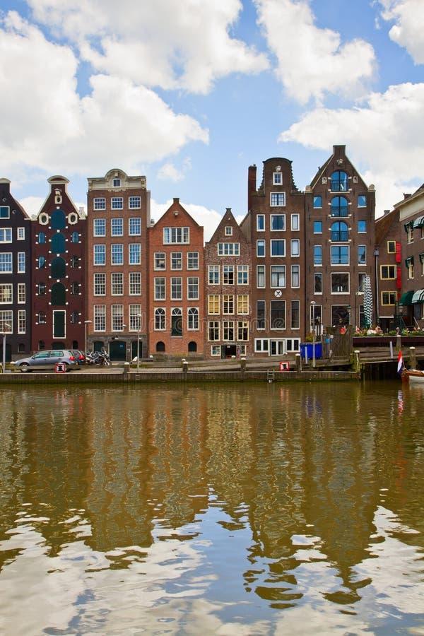 Case medievali sopra l'acqua del canale a Amsterdam fotografie stock libere da diritti