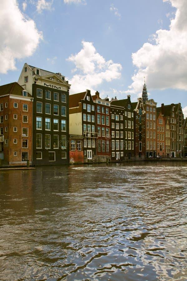 Case medievali sopra l'acqua del canale a Amsterdam immagine stock libera da diritti